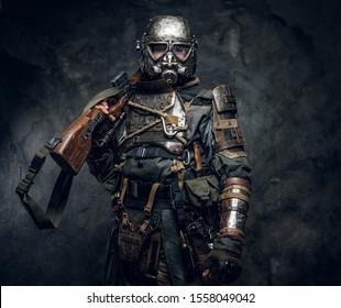 Porträt eines Mannes in interessanter Kostüme dunkler Apokalypse Krieger im Fotostudio.
