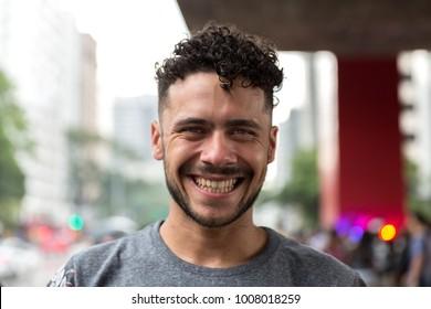 Retrato de un hombre mirando la cámara