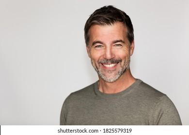 Portrait eines reife Mannes, der die Kamera lächelt. Rechts vom Bild.