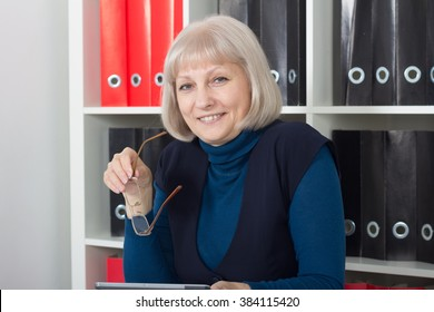 Portrait of mature woman in the office
