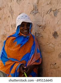 Portrait of mauritanian woman in national dress Melhfa - 11-11-2012 Chinguetti, Mauritania
