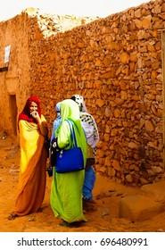 Portrait of mauritanian women in national dress Melhfa - 10-11-2012 Chinguetti, Mauritania
