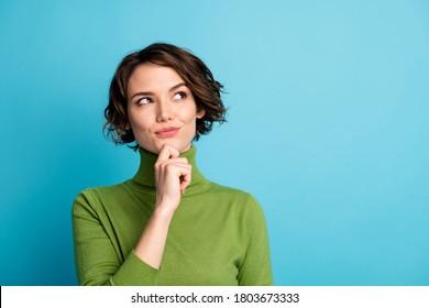 Portrait von gesinnten Frauen berühren Hand-Kinin-Look Kopienraum denken Gedanken Plan Herbstferien-Tramper einzeln auf blauem Hintergrund