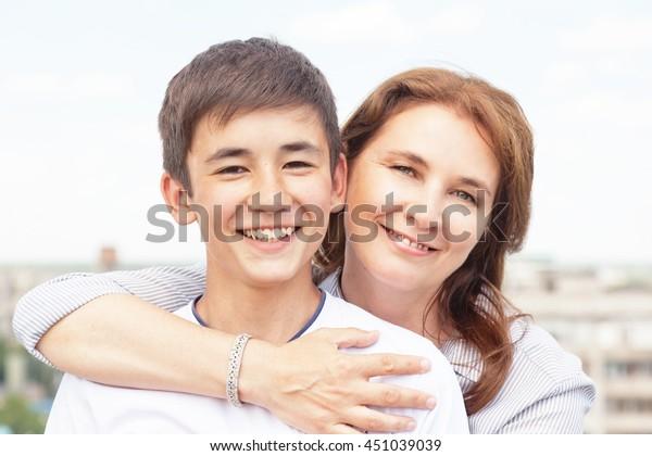 Mutter schiebt Nummer mit Sohn