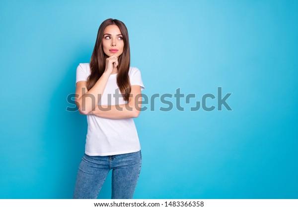 Retrato de bonita y encantadora adorable adorable y adorable novia dulce de cabello lacio pensando en crear un nuevo espacio de copia de plan aislado sobre brillantes vivos brillo azul verde de telas color turquesa fondo