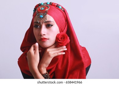 portrait saudi women beauty face with red hijab