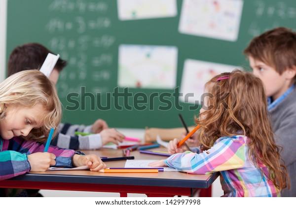 Porträt von Schülern, die eine Gruppenarbeit in der Schule haben