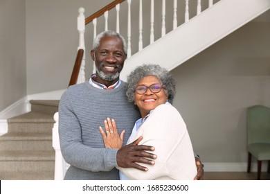 Portrait d'un couple afro-américain âgé chez lui, souriant à la caméra. Famille profitant du temps à la maison, concept de style de vie