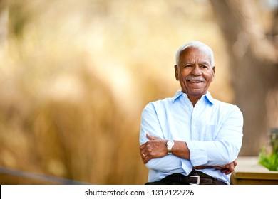 Porträt von Senioren draußen.