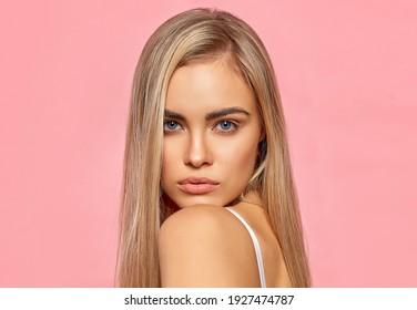 Porträt von sexy blonden Frauen auf rosafarbenem Hintergrund