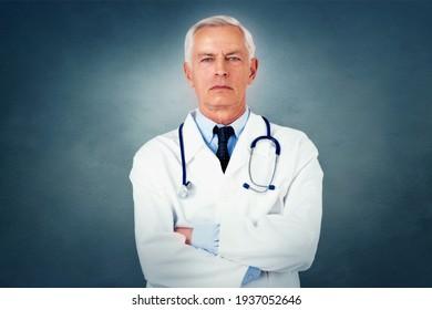 Porträtaufnahme eines Senior Gesicht Arzt Standby mit gekreuzten Armen auf isoliertem Hintergrund. Kopiert Platz.
