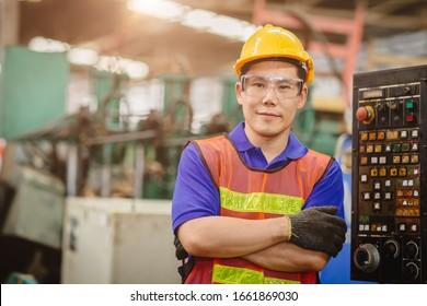 Porträt des asiatischen Happy-Arbeiters Asiatisch-Chinesisch gut aussehendes Modell auf schwerem Hintergrund.Arm gefaltet Kreuz und Lächeln.