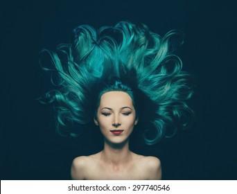 Retrato de sorridente menina bonita com olhos fechados e cabelos longos de cor turquesa, vista superior. Imagem da sereia