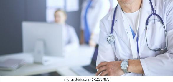 Porträt eines lächelnden Arztes in seinem hellen Büro