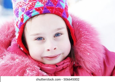Portrait of a smiling little girl wearing winter clothes outdoor