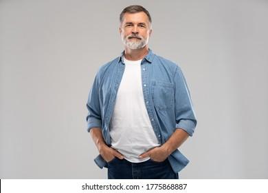 Porträt eines lächelnden reifen Mannes, der auf weißem Hintergrund steht.