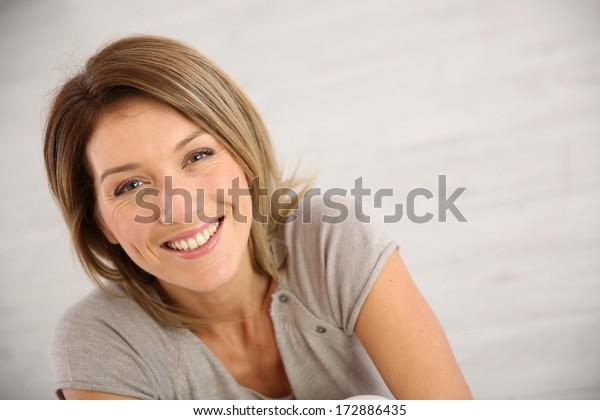 Porträt einer lächelnden Frau mittleren Alters