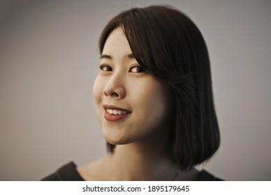 Porträt einer lächelnden jungen Asiatin