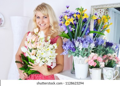 Portrait of smiling young woman in flowershop
