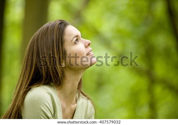 Porträt einer lächelnden jungen Frau im Wald