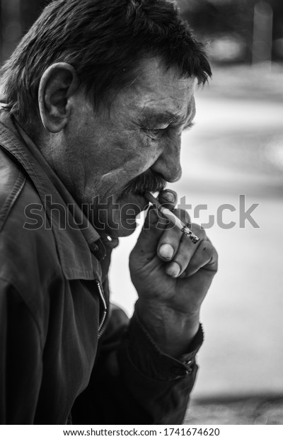 portrait-smoking-man-black-white-600w-17