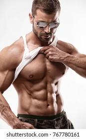 Porträt eines starken Athletic Fitness Mannes mit großen Muskeln auf weißem Hintergrund