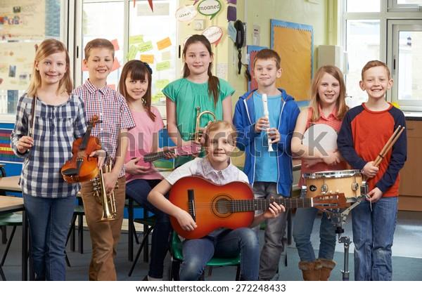 Porträt der Schüler, die gemeinsam im Schulorchester spielen