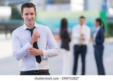 Porträt eines erfolgreichen Geschäftsmanns vor modernen Bürogebäuden
