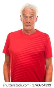 Retrato sorprendido por alto hombre deportivo con antecedentes blancos