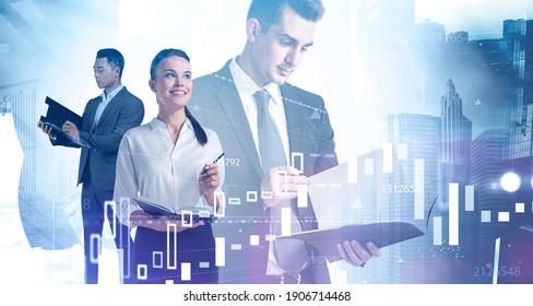 Retrato de tres jóvenes y diversos empresarios trabajando juntos en una ciudad abstracta y borrosa con doble exposición de gráficos financieros. Imagen tónica