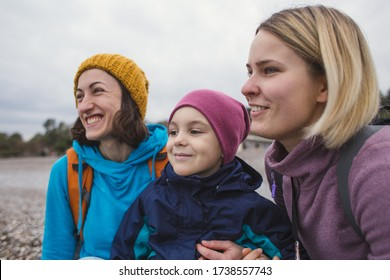 Portrait von zwei Frauen und ein Kind in der Natur, Happy LGBT Familie, Ein Mädchen verbringt Zeit mit ihrem Freund und Sohn, Der Junge reist zu schönen Orten mit Müttern.