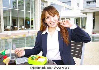 Porträt von Frau beim Mittagessen.