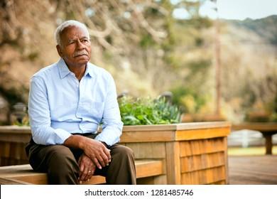Porträt eines besorgten Seniorenmannes.