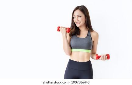 Porträt einer jungen asiatischen attraktiven Fitness-Frau, die ein Hantel-Studio hält Aufnahme weißen Hintergrund. Sportartikelmädchen-Training mit kräftiger, schöner, schlanker Körperform, asiatisches Lifestyle-Konzept bleiben zu Hause