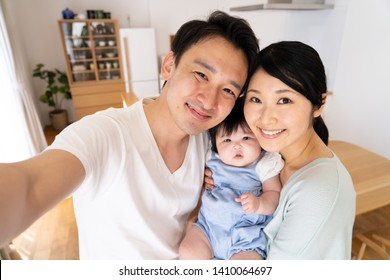 portrait of young asian family talking selfie photo in dining room