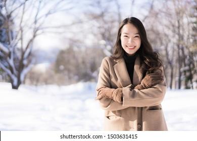 Portrait Young Beautiful asian Frau lächelt glückliche Reise und genießen mit Schnee Wintersaison in Hokkaido Sappora Japan