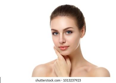 Porträt einer jungen, schönen Kaukasierin, die ihr Gesicht berührt, einzeln auf weißem Hintergrund. Reinigen Sie das Gesicht, perfekte Haut. Konzept für SPA-Therapie, Hautpflege, Kosmetologie, Haarentfernung oder plastische Chirurgie