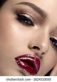 Porträt einer jungen schönen Frau mit roten Lippen