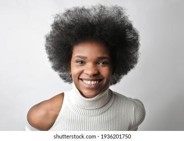 Porträt einer jungen schwarzen Lächlerin
