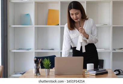 Porträt junger Geschäftsleute, die im Büro arbeiten und denken