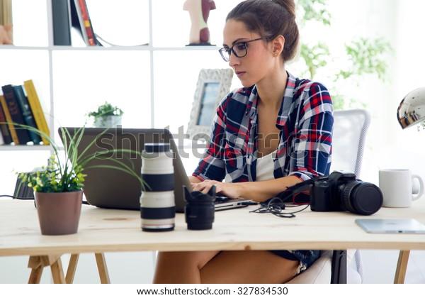 オフィスで働く若いビジネスマンをノートパソコンで描いたポートレート。