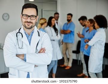 Porträt eines jungen Arztes oder Arztes vor seinem Team