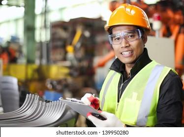 Porträt eines jungen Ingenieurs mit Notizen