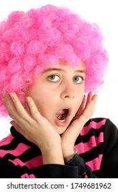 Portrait de jeune fille aux cheveux roses dit oh avec sa main, isolée sur fond blanc