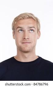 Portrait eines jungen Mannes mit blondem Haar nach oben - einzeln auf weiß