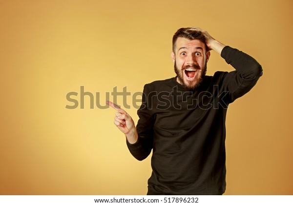 Retrato de un joven con una expresión facial escandalizada