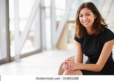 Portrait d'une jeune femme d'affaires asiatique mixte assise