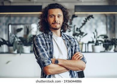 Portrait eines jungen Geschäftsmanns in einem modernen Büro