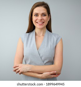 Porträt von jungen lächelnden selbstbewussten Geschäftsfrau mit gefalteten Händen. Einzelporträt