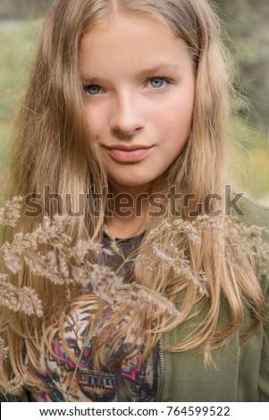 Portrait Young Teenage Girl Dark Blonde Stockfoto Jetzt Bearbeiten